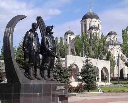 Где установлен мемориал подвигу шахтеров в Макеевке?